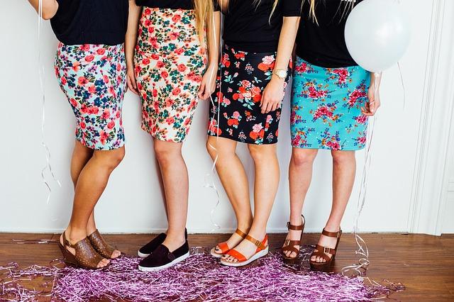 Ženy vo farebných sukniach nad kolená stoja vedľa seba.jpg
