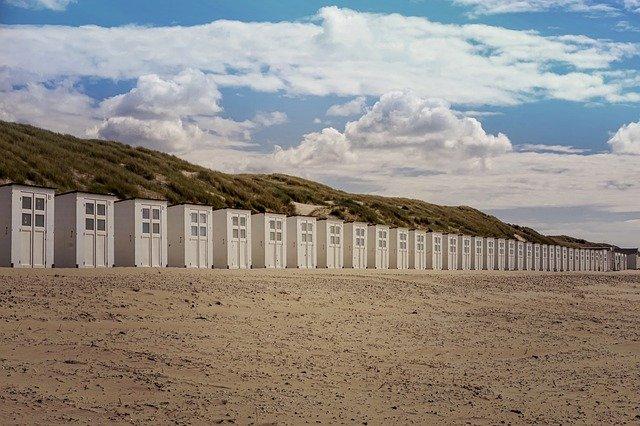 Mobilné domy v rade na pieskovej pláži.jpg
